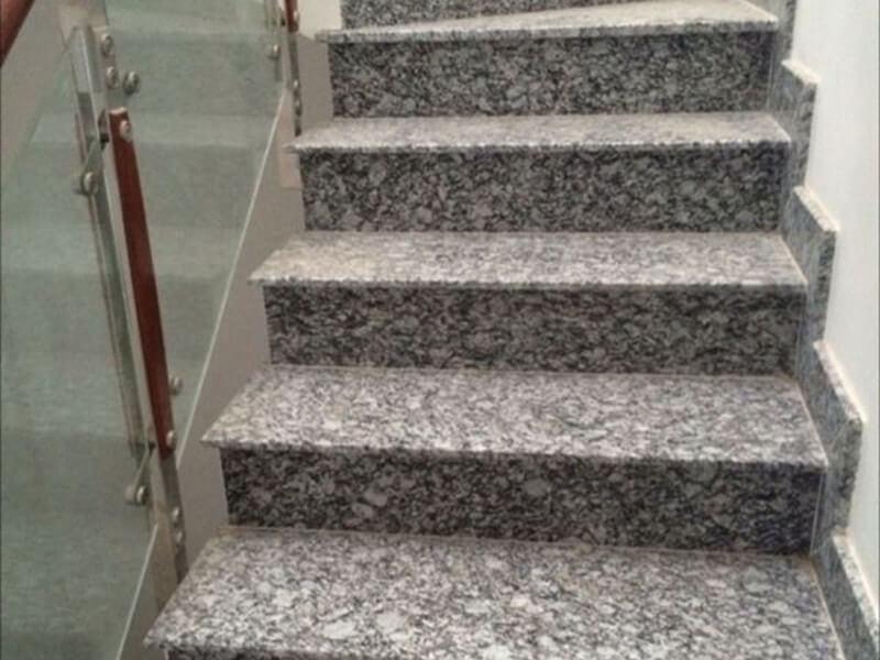 đừng quên dùng hóa chất chống thấm để bôi lên bề mặt cầu thang