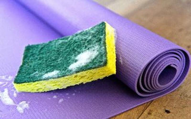 Đánh bay vết bẩn, mùi hôi trên thảm tập yoga