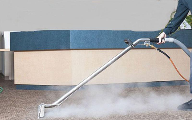 Đánh bậy vết bẩn trên thảm bằng hơi nước nóng